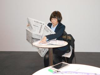 新聞を手に講義中の吉野氏A.jpg