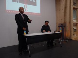 講演する青木氏(左)A.jpg