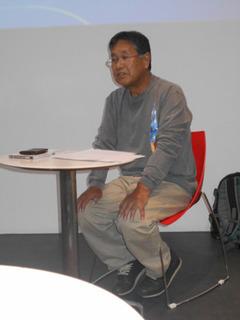 講義中の室崎氏A.jpg