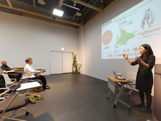 eSRUで講義中の穴田さん(パノラマ写真)A.jpg
